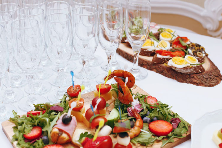 <Lunches and dinners in Restaurants and banquet halls of the House Officers in St. Petersburg